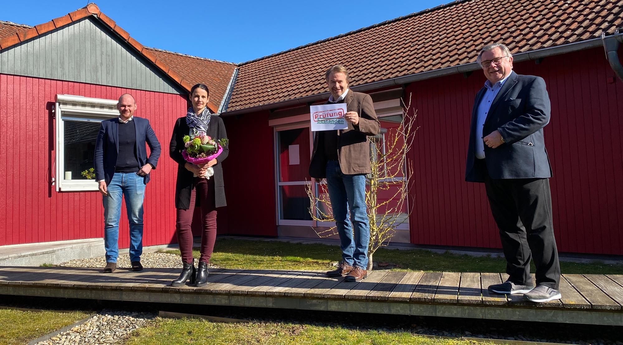 Lebenshilfe-Chef Gerhard John (rechts), Geschäftsführer Dennis Kummarnitzky (links) und ganz besonders Jochen Potzel (2. v. rechts), Ausbilder und Chef des Rechnungsweses, sind stolz auf die überdurchschnittlichen Prüfungsergebnisse von Ramona von der Leh