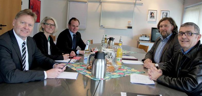 Externes Audit: Gerhard Weidemann und Dr. Markus Reimer (Foto), Auditoren der DQS (Deutsche Gesellschaft zur Zertifizierung von Managementsystemen mbH), begutachten Abläufe in den Einrichtungen der Lebenshilfe.