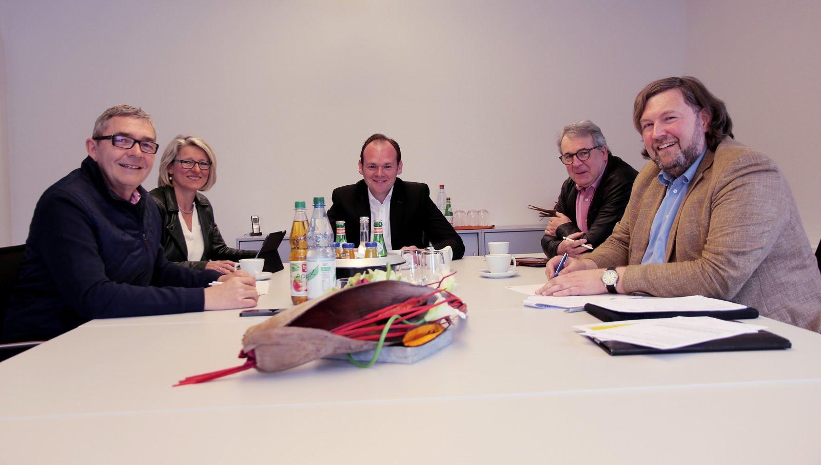 Die jährliche Systembegutachtung startete mit einem Qualitätsdialog mit Dennis Kummarnitzky von der Geschäftsleitung, den Qualitätsbeauftragten Andrea Rekitt und Thomas Raum und den Auditoren der DQS Dr. Markus Reimer und Gerhard Weidemann.