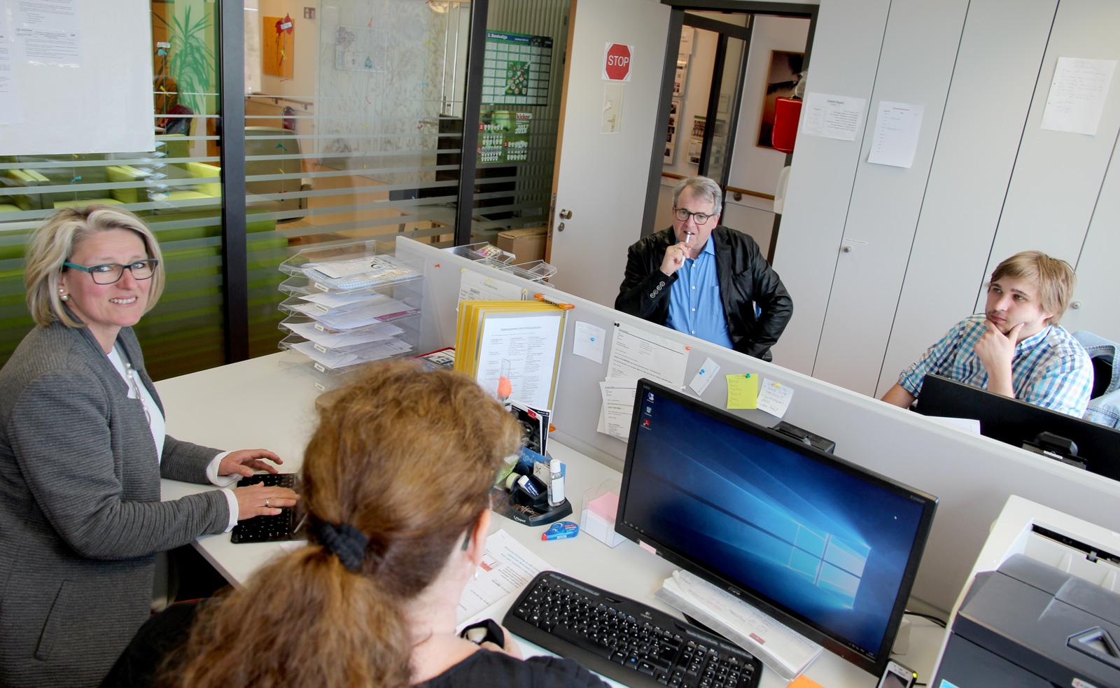 """Vor knapp drei Jahren zogen in das Apartmenthaus """"Inklusive Wohnwelt"""" in Altdorf die ersten Bewohner. Das motivierte Betreuerteam überzeugte DQS-Auditor Gerhard Weidemann sehr."""