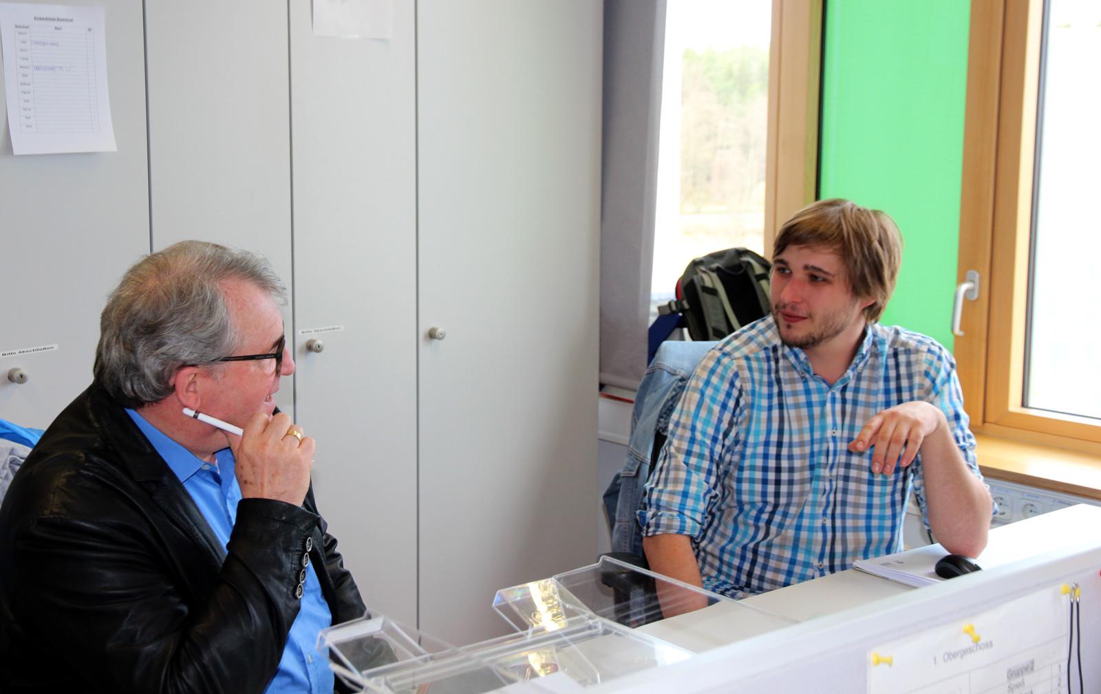 Auditor Weidemann im Gespräch mit Betreuern aus dem IWW Altdorf.