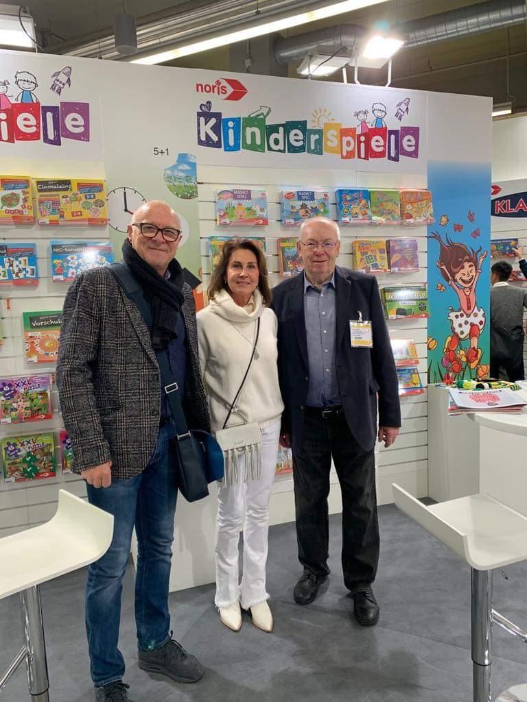 Ausstellung von Actionpaintings bei Simba Toys: Gisela Sieber zeigte Günther Spieß und Norbert Hanke die Frühförderbilderausstellung in der Simbawelt 2019.