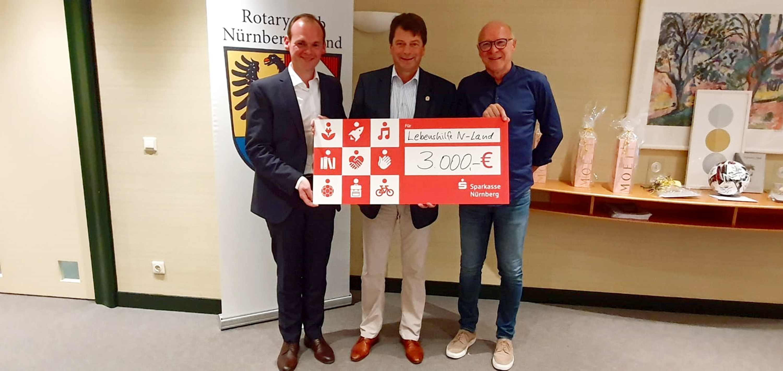 Dank und Freude über Spende der Rotarier zu Gunsten der Frühförderung der Lebenshilfe Nürnberger Land v.l. Dennis Kummarnitzky, Matthias Benk und Norbert Hanke