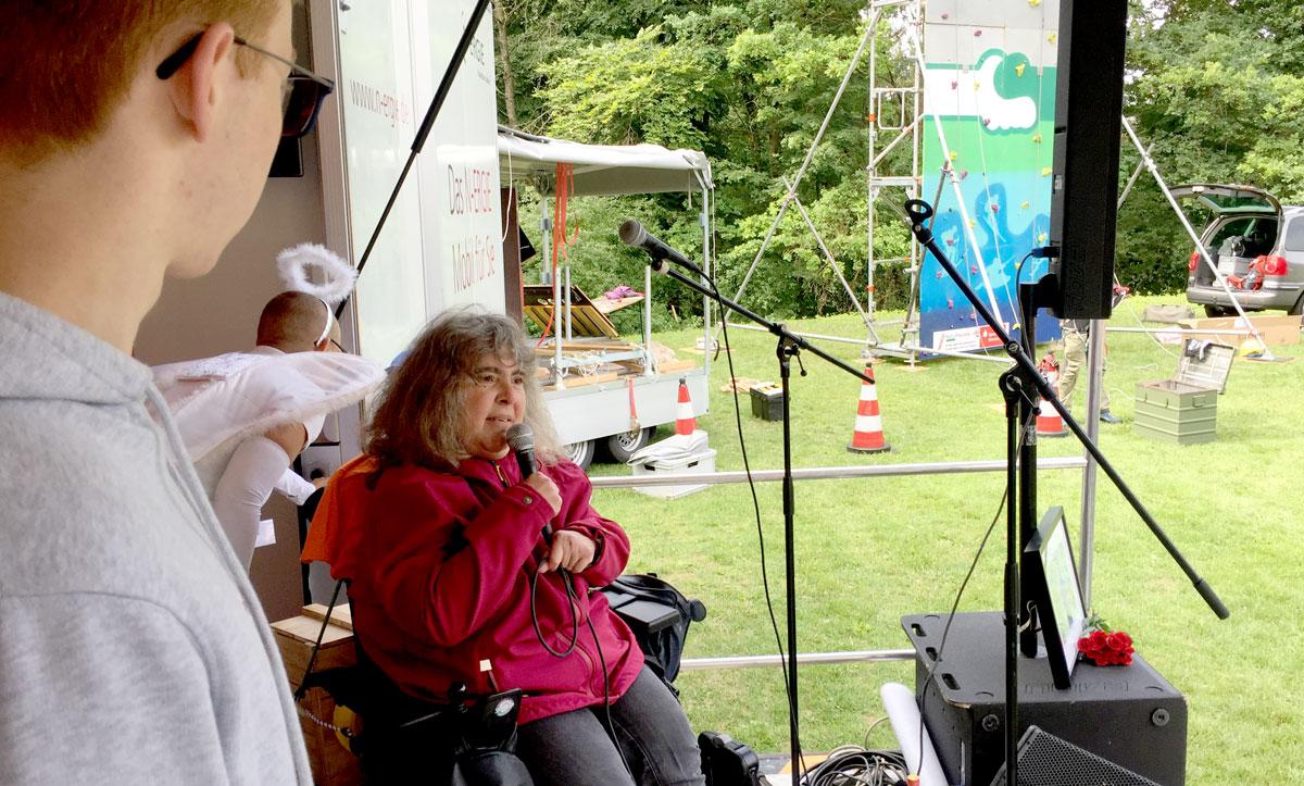 Angelika Feisthammel, Behindertenbeauftragte des Landkreises, entbot in ihrem Grußwort für den Benefizlauf beste inklusive Unterhaltung.