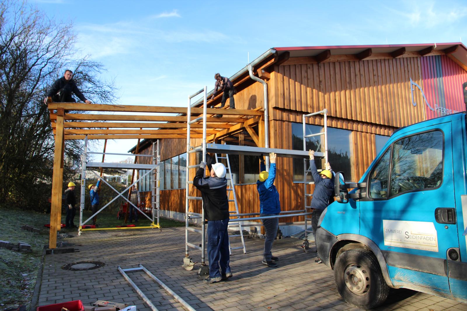Die Zimmerei Seidenfade aus Ottensoos unterstützte die Lerngruppe bei der Errichtung des Carports .
