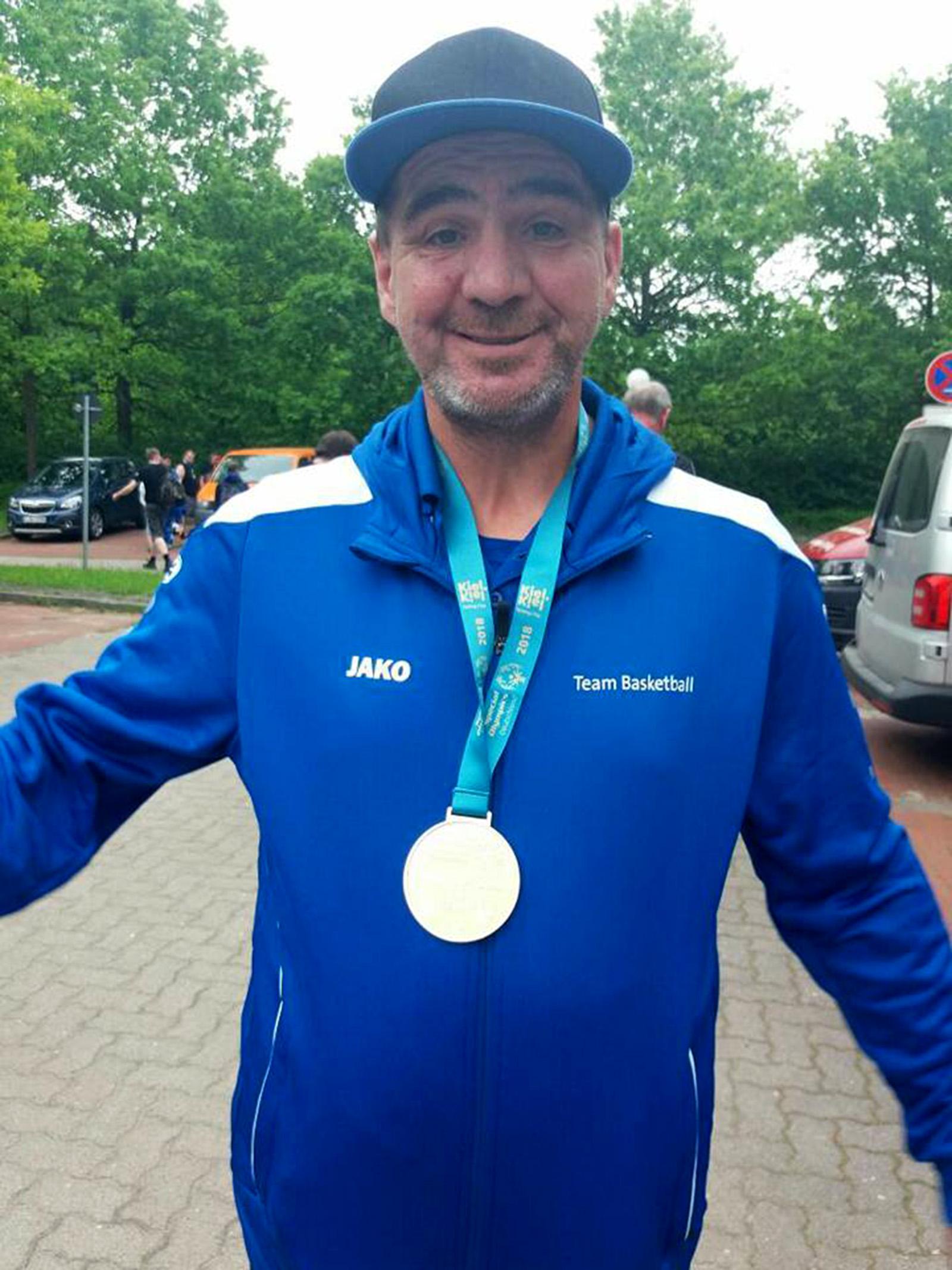 Stolz und glücklich postete Basketballspieler Norbert Kraus ein Selfie mit seiner Gold-Medaille.