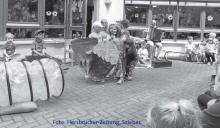 """Beim Sommerfest der Inklusiven Kindertagesstätte der Lebenshilfe in Hersbruck zeigten die Kinder passend zum Jahresthema """"Die Welt der Bücher"""" die Geschichte der kleinen Raupe Nimmersatt."""