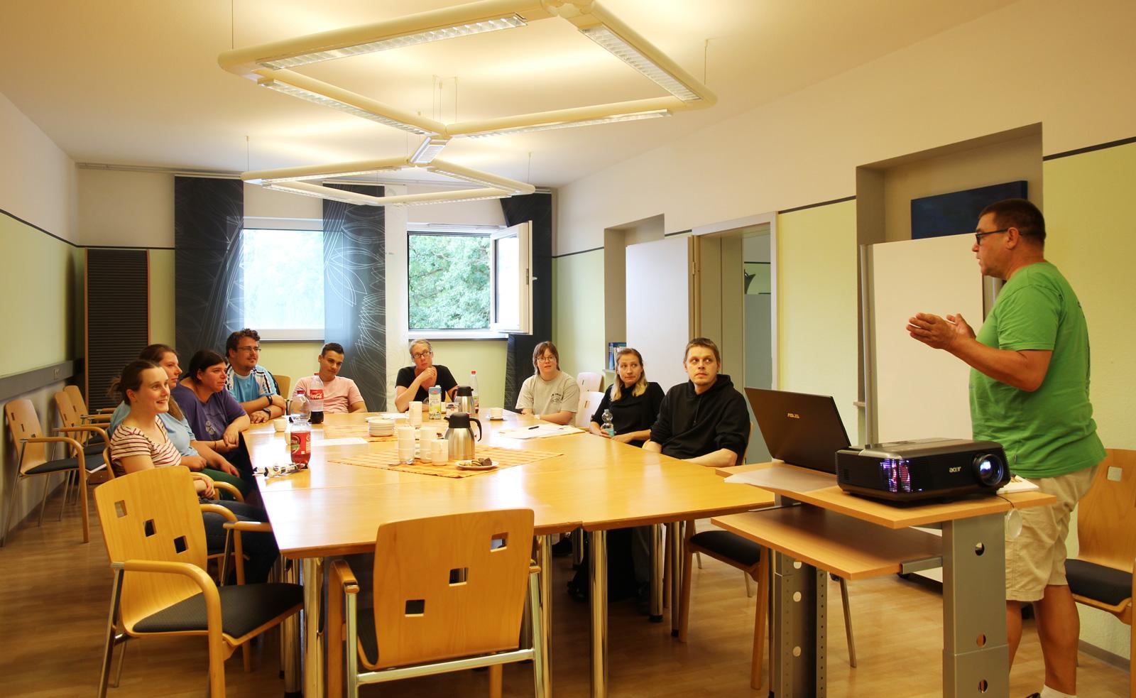 Regelmäßige Schulungen der Außenarbeitsplatzmitarbeiter ist Teil des Qualifizierungskonzepts des SORA-Teams der Moritzberg-Werkstätten.