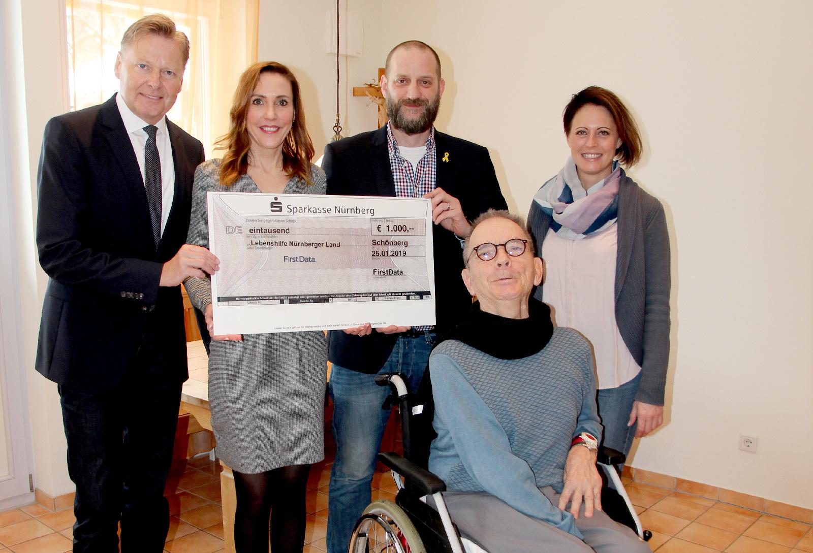 FirstData-Mitarbeiter sammelten bei einer privaten Feier 1000 Euro zu Gunsten Senioren mit Behinderung der Lebenshilfe Nürnberger Land.