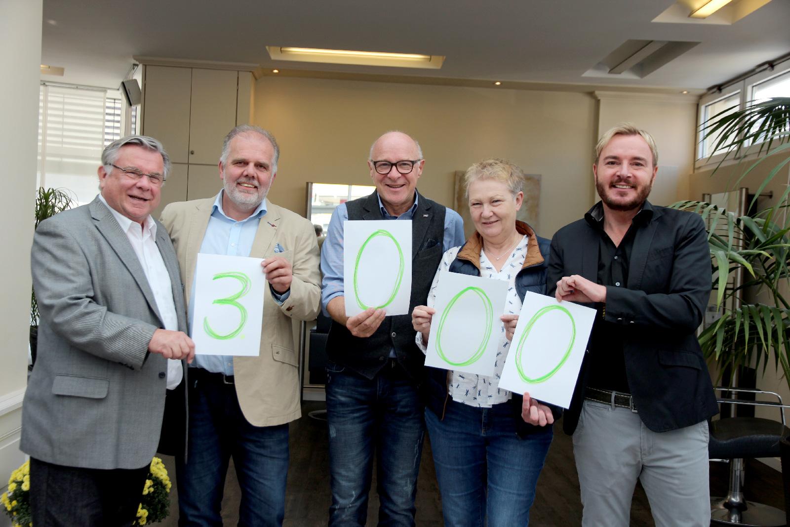 Dank und Freude: FWO-Chef Kleen überreicht Lebenshilfe Nürnberger Land Weihnachtsspende über 3000 Euro.