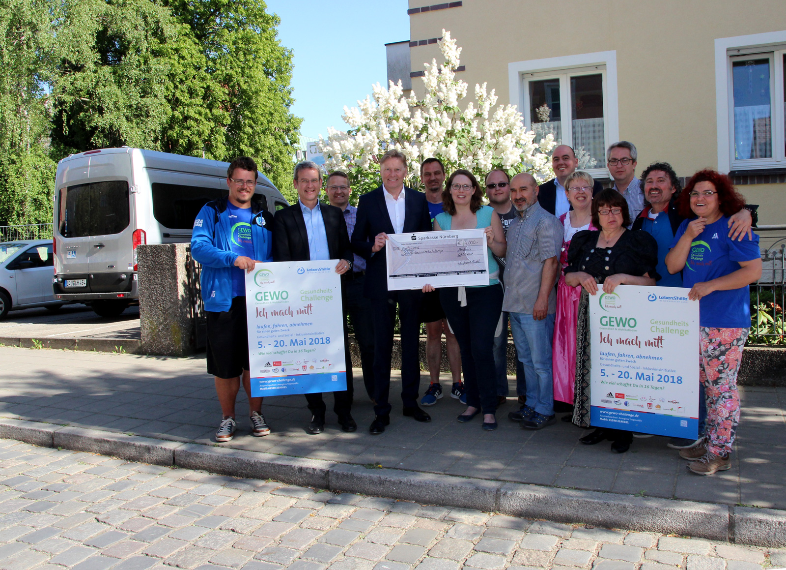 Großer Augenblick: 4000 Euro, der Erlös des 5. Begegnungscups, kommt der Lebenshilfeaktion Gewo Gesundheitschallenge zugute. Organisatoren wollen Inklusion auf allen Ebenen fördern.