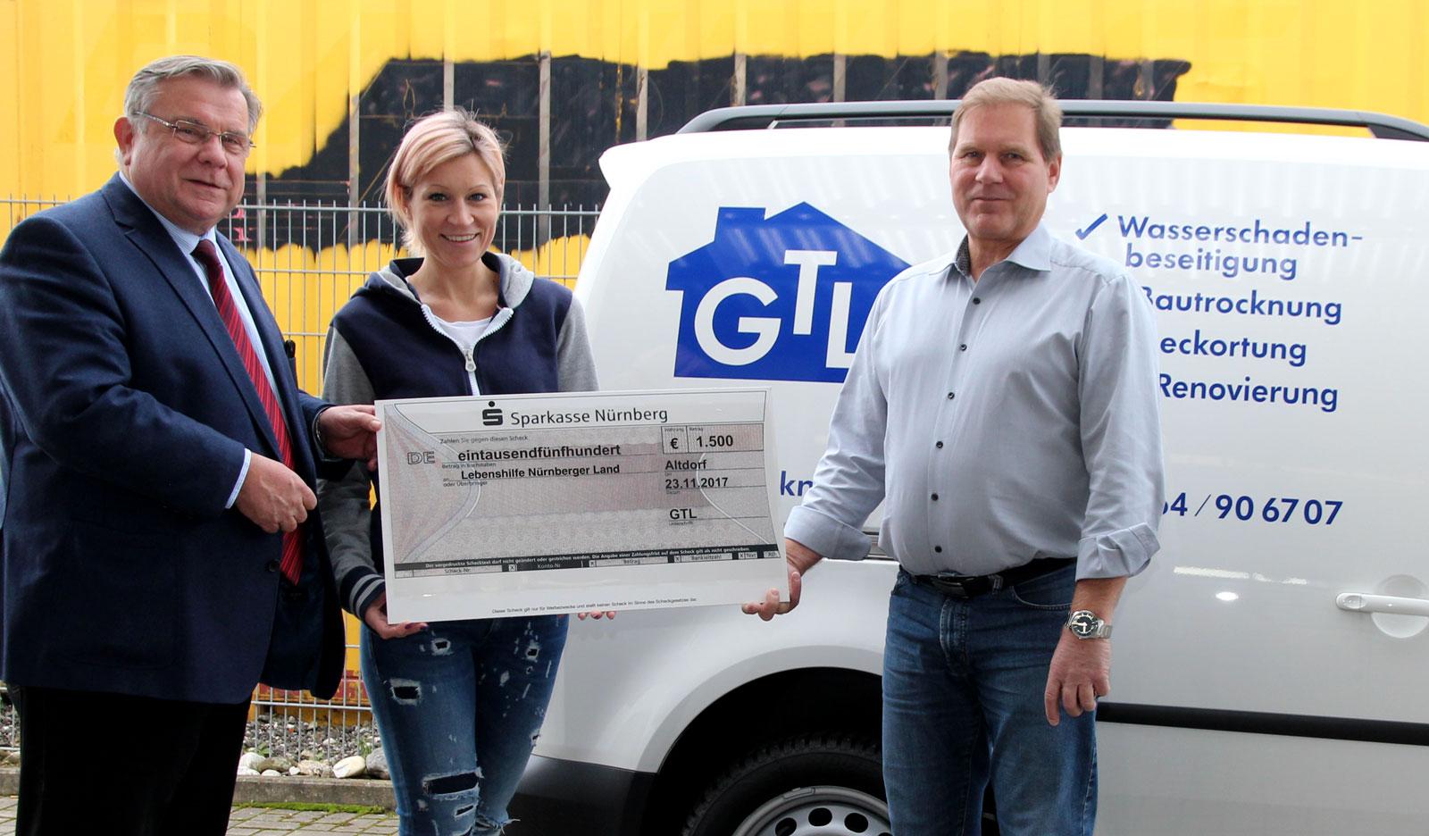 Herzlich dankte Lebenshilfe-Chef John (links) gegenüber Steffi und Peter Lang von GTL Gebäudereinigung für die großzügige Spende zu Gunsten der Reittherapie.