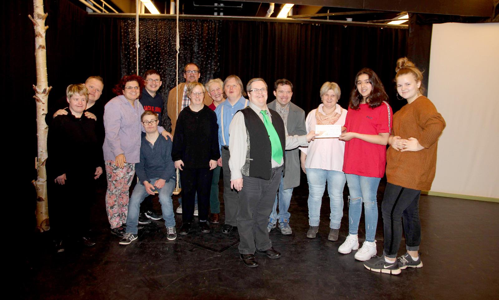 Lemis Dawood (2.v.r.) und Veronika Wenz (r), die beiden Klassensprecherinnen der 6 a der Georg-Ledebour-Mittelschule aus dem Nürnberg-Langwasser überreichte den Darstellern von Theater mimulus eine Spende von 50 Euro.