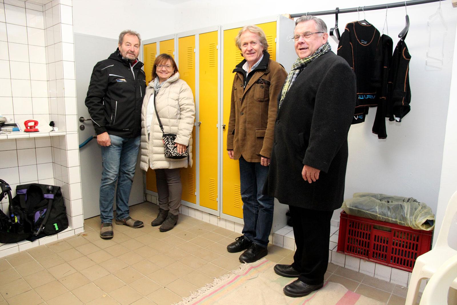 """Das Altdorfer Unternehmen Fahrzeugbau Meier spendete Spinde für die Umkleiden im neuen """"Delfinhaus"""". Lebenshilfe-Chef John vermittelte. Dr. von Fersen dankte den Förderern sehr herzlich."""