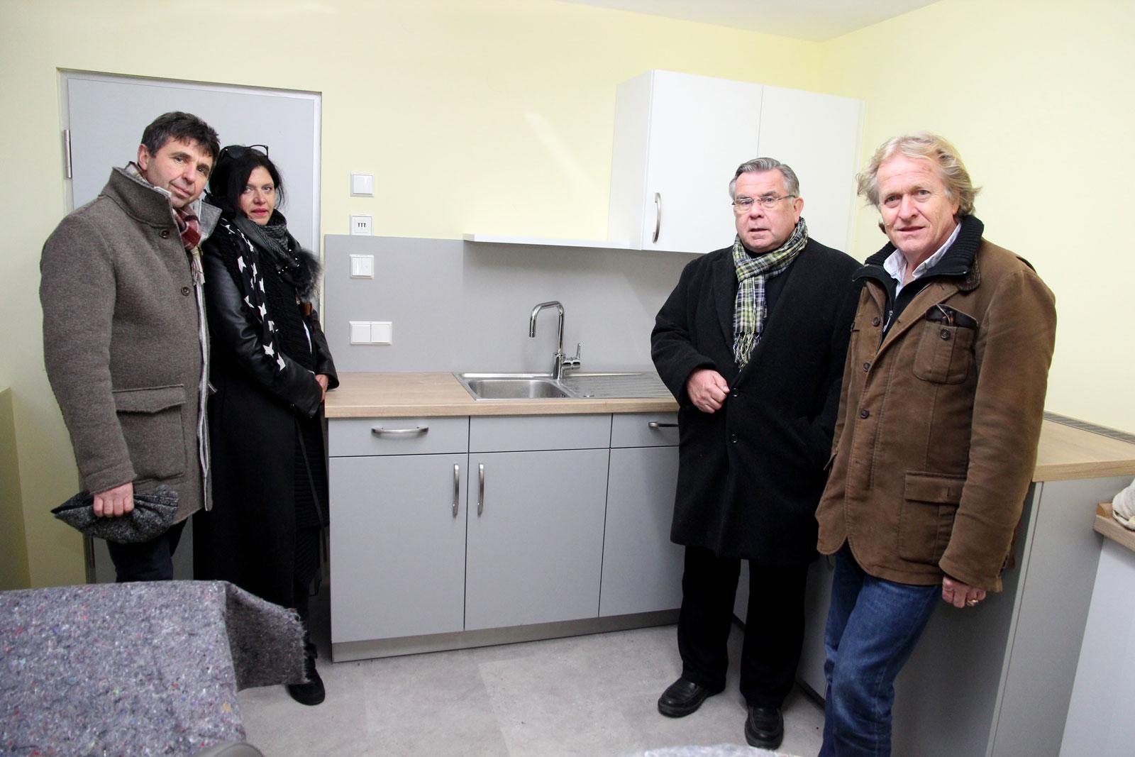 Möbel Eckstein aus Weißenbrunn spendete die passgenaue Küche für die Personal-Cafeteria. Lebenshilfe-Chef John vermittelte. Delfin-Projektleiter Dr. von Fersen dankte hezlich gegenüber den Förderern.