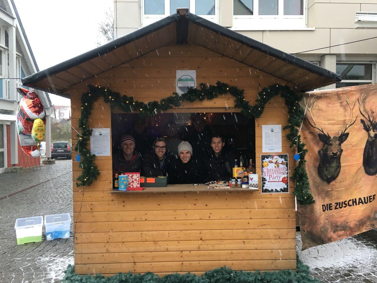 """Unsere Clique besucht regelmäßig Weihnachts- und Adventsmärkte in der Umgebung. Die letzten Winter waren teilweise recht mild und da entstand die Idee, selbst einmal einen Stand aufzumachen und dort, neben Glühwein auch Bier, ausschenken"""", erinnert sich d"""