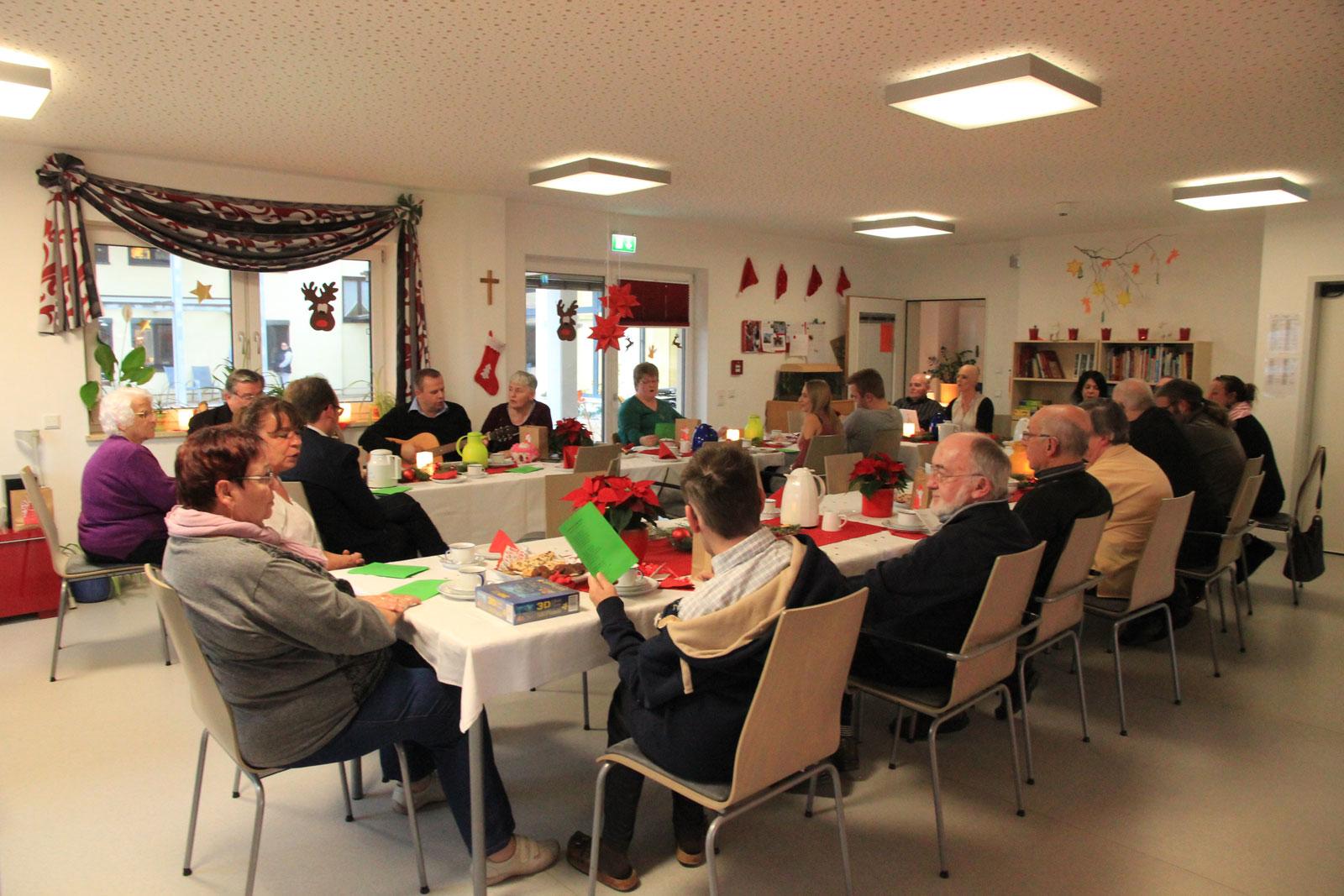 Heiter und festlich: Senioren der Lebenshilfe in Weihnachtsstimmung.