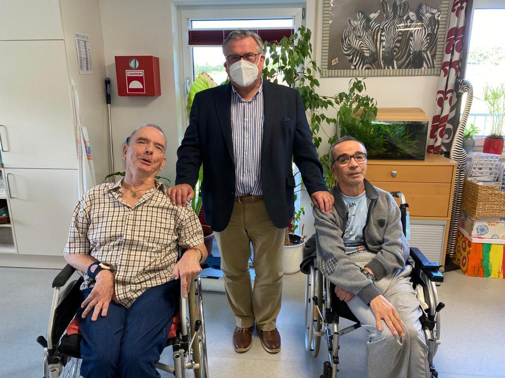 """Freude beim Wiedersehen: Nach coronabedingter monatelanger Pause besuchte Lebenshilfe-Chef John """"seine"""" Seniorinnen und Senioren in der Laufer Tageseinrichtung T-ENE."""