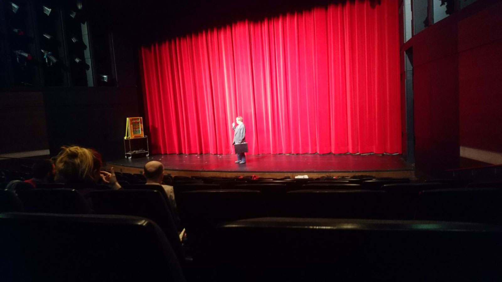 Schausspielerin von Theater mimulus auf großer Bühne