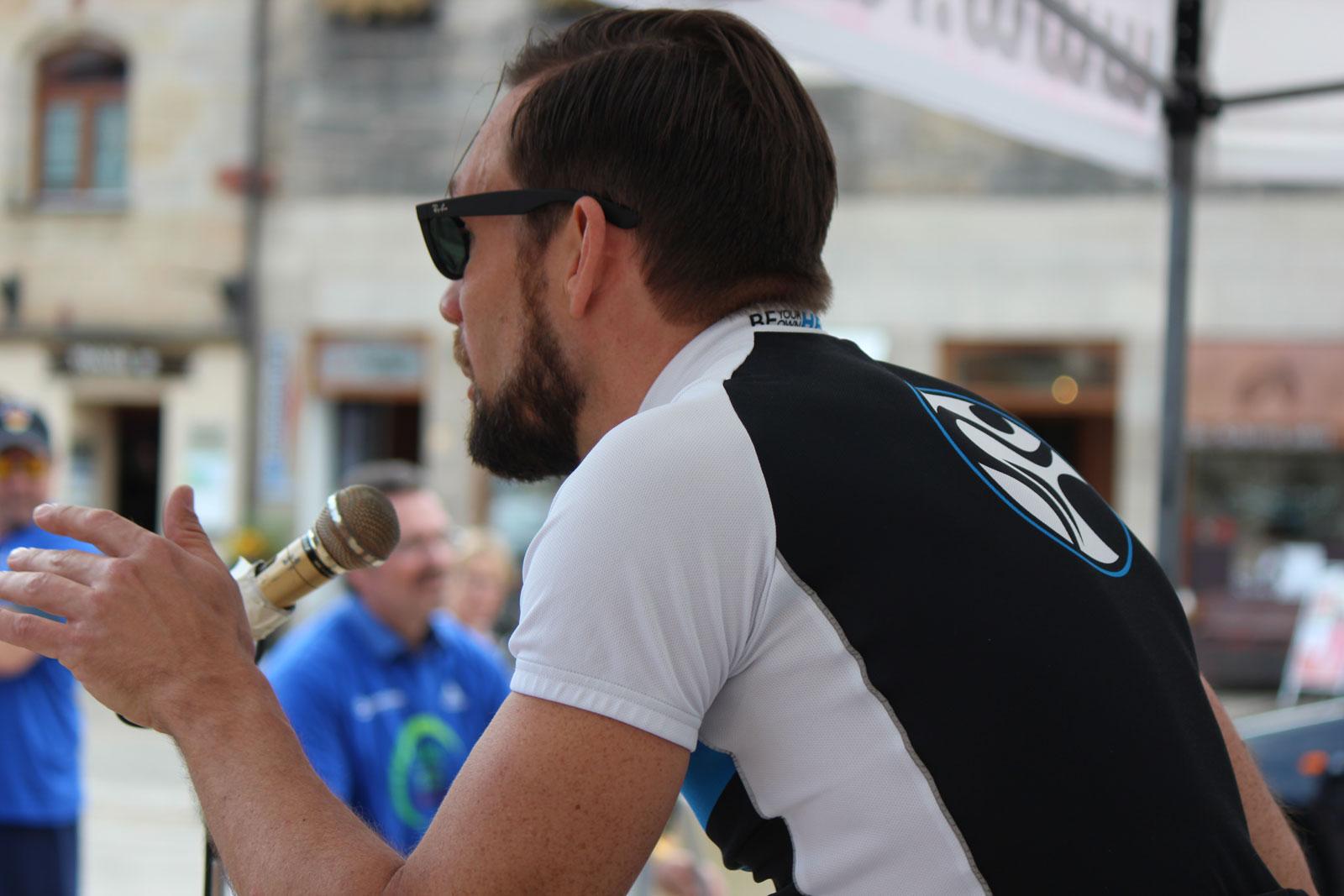 """""""Anpeitscher"""" Peter Troidl vom Radl-Express und Lebenshilfe-Mitarbeiter motivierte die Challenge-Teilnehmer bestens."""