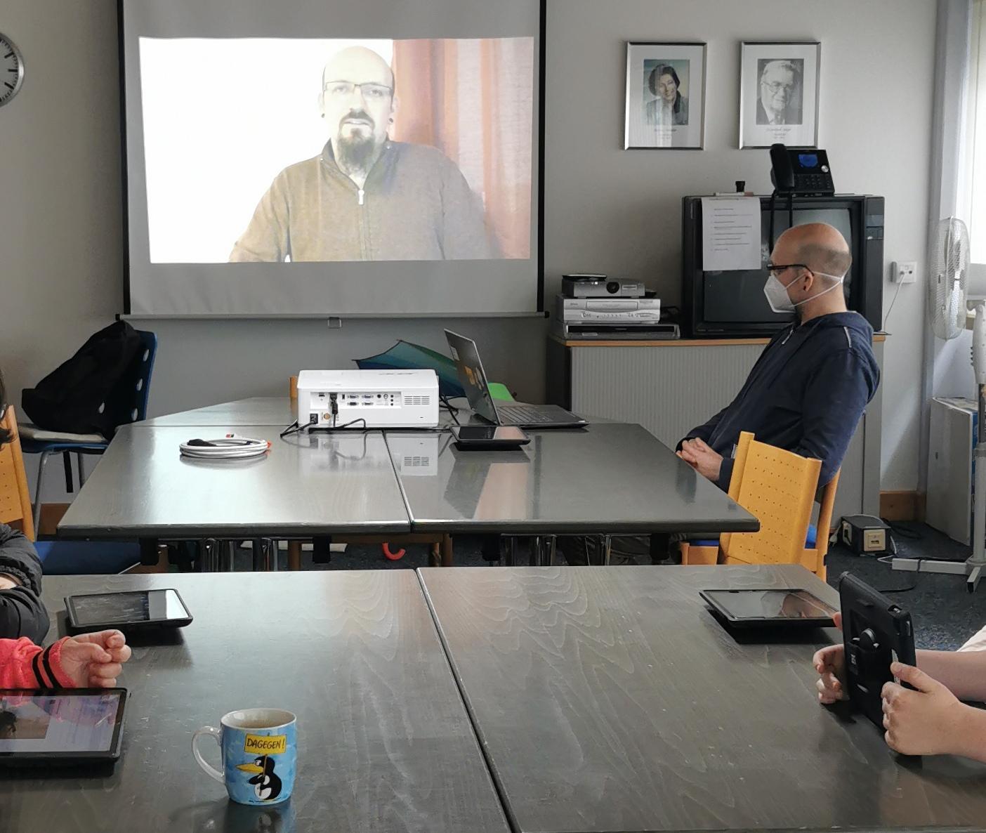 """""""Inklusion im autonomen Straßenverkehr"""". WfbM-Mitarbeiter mit Behinderung nehmen per Videoschalte an Studie von Mathias Haimerl teil."""