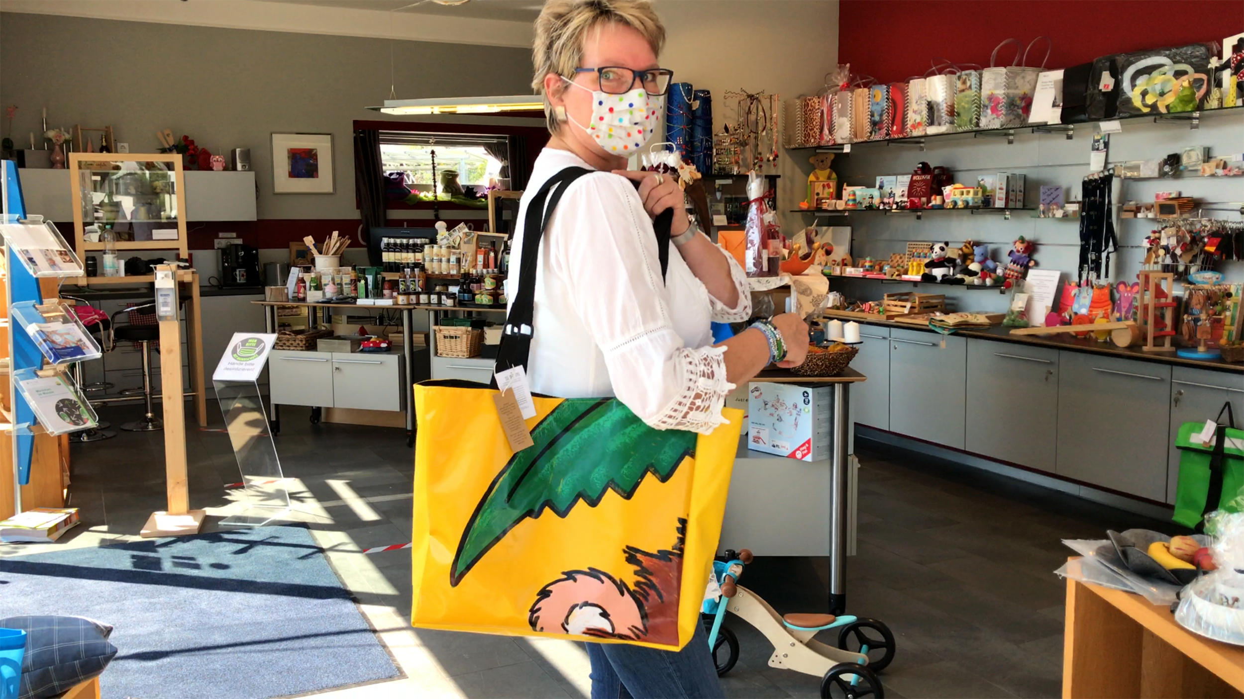 Ladenchefin Birgit Strobel zeigt hier ein Taschenmodel, das in der Schneiderei der Moritzberg-Werkstätten aus ausgedienten Hüpfburgen gefertigt wurde. Upcycling liegt im Trend.