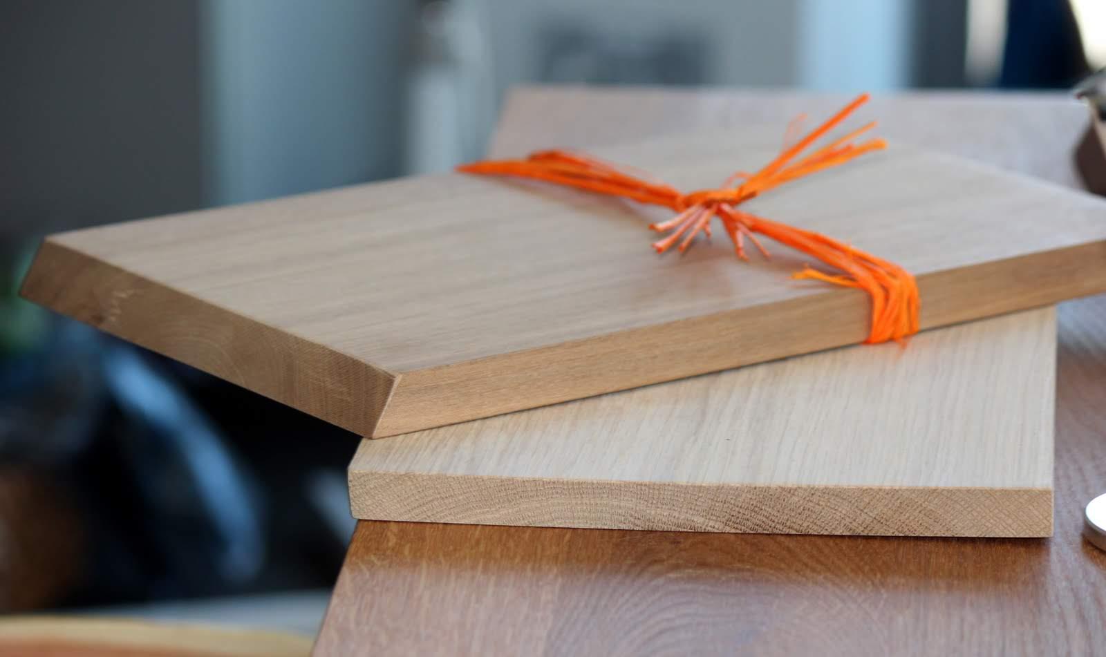 Aus der Schreinerei der Moritzberg-Werkstätten: Moderne, praktische Holzbretter, Tabletts, Untersetzter, Schemel ... und weitere nützliche moritzhome-Accessoires.