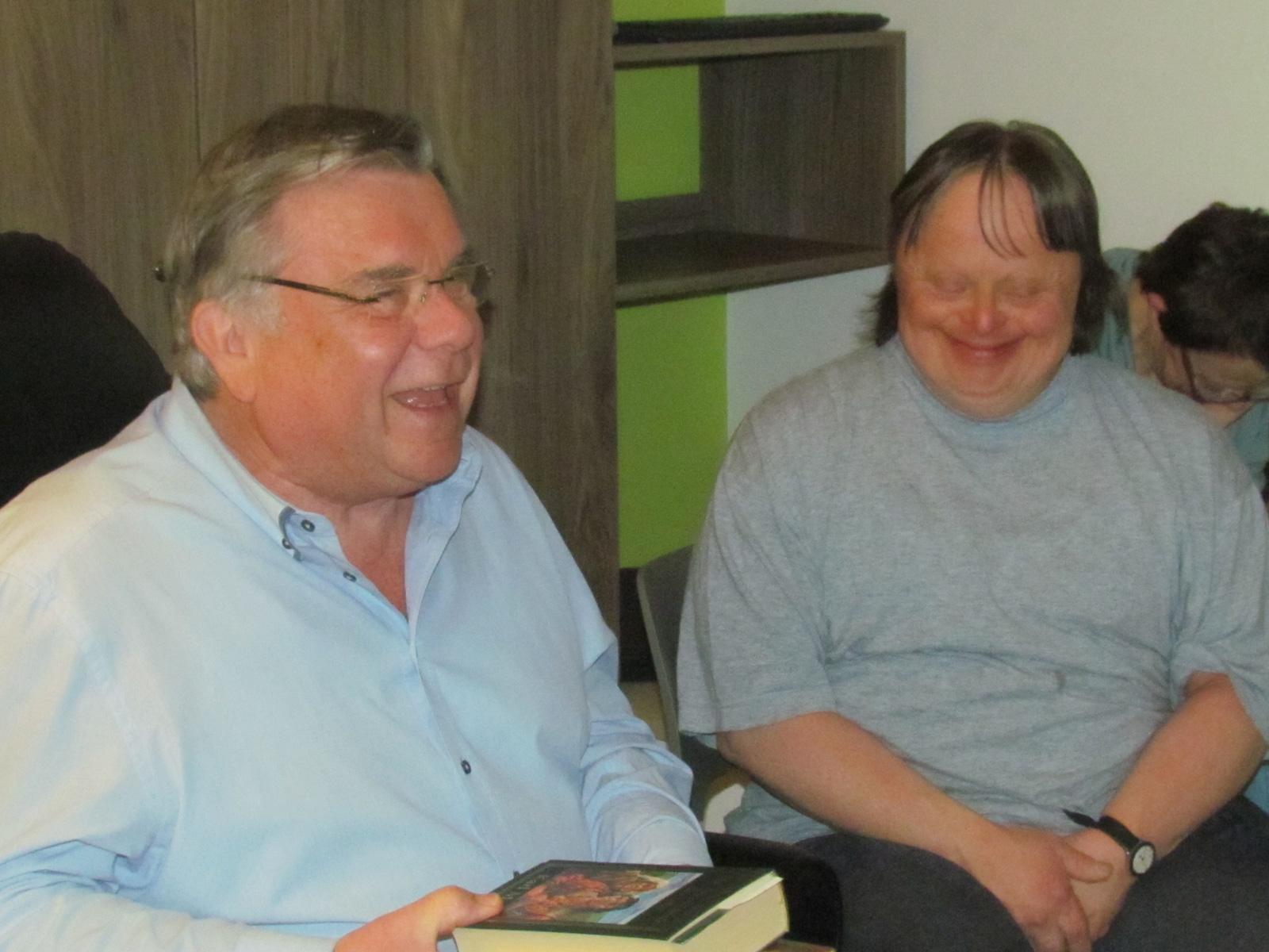 Nimmt sich gern Zeit für die Bewohner der Wohnstätte: Gerhard John kommt regelmäßig zum Vorlesen in die Lebenshilfe-Einrichtung.