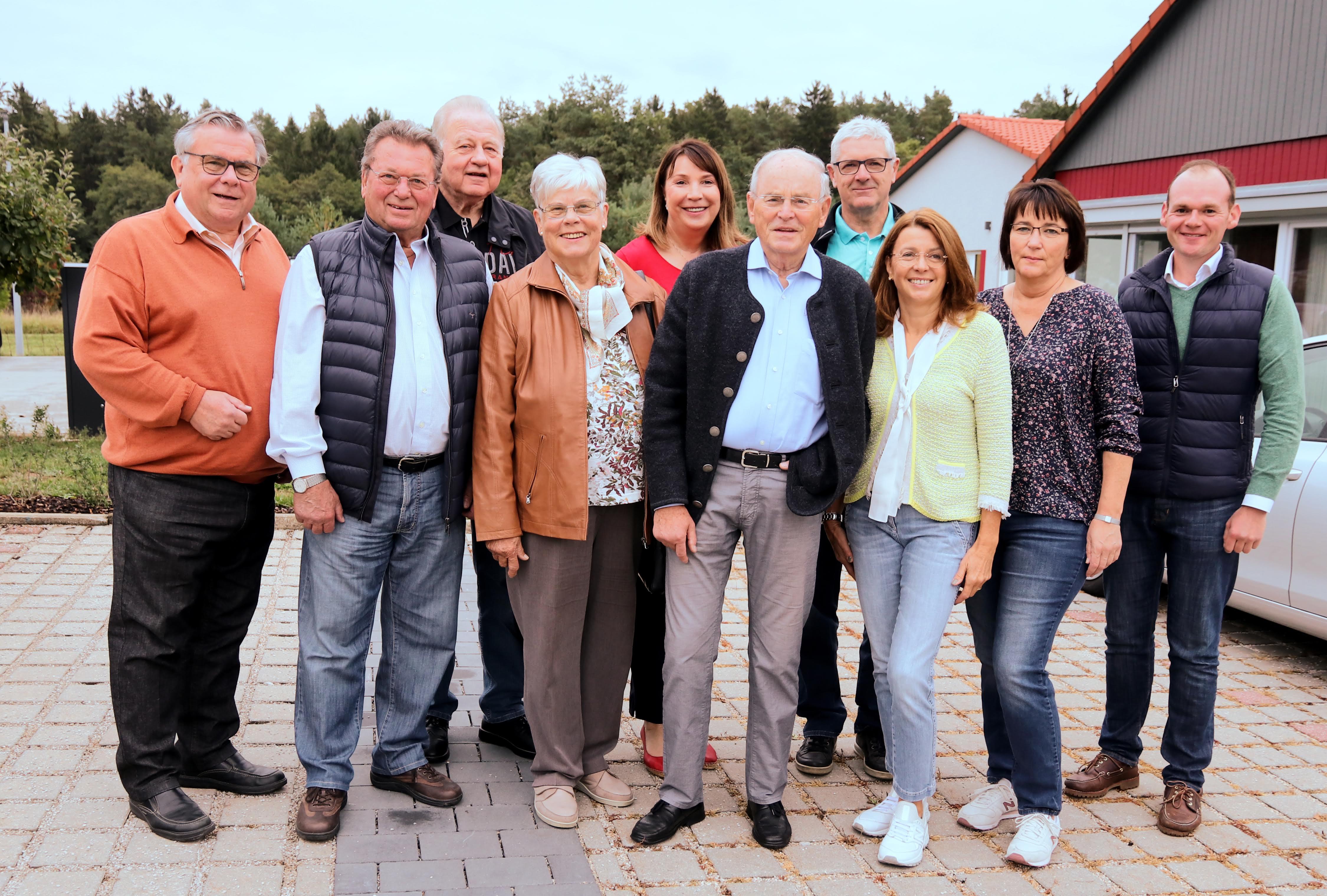 Archivbild mit Mitgliedern des ehrenamtlichen Lebenshilfe-Vorstands: Happy Birthday, lieber Jubilar Günther Steinbauer (3. vl)
