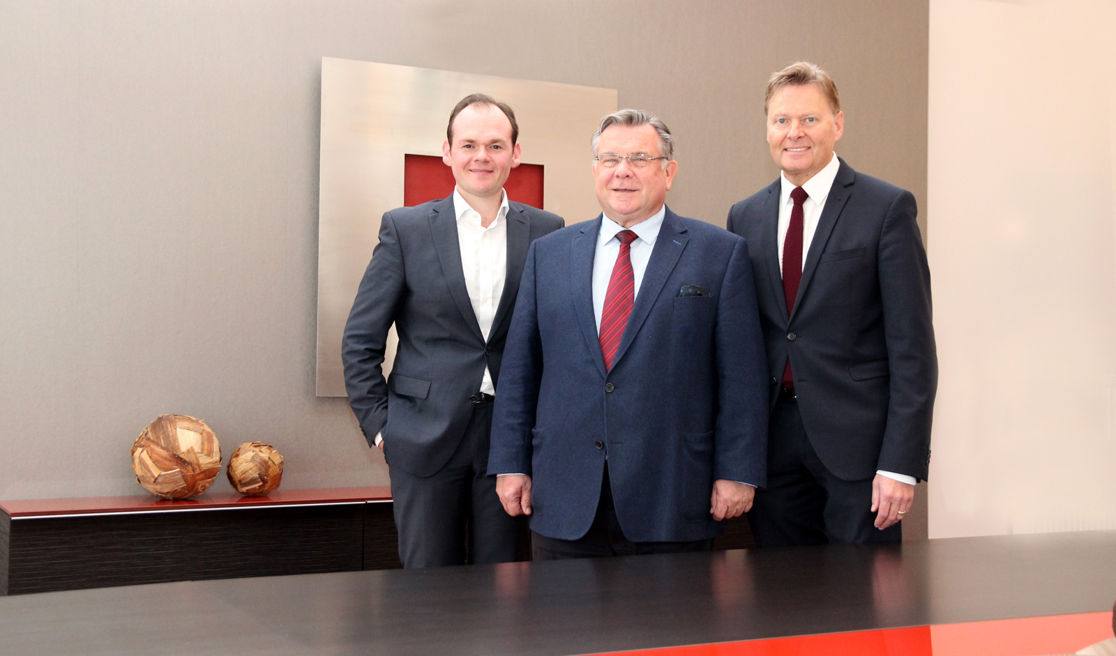 Vorsitzender Gerhard John (Bildmitte) mit Geschäftsführer Norbert Dünkel (rechts) und dem stellvertr. Geschäftsführer Dennis Kummarnitzky (links).