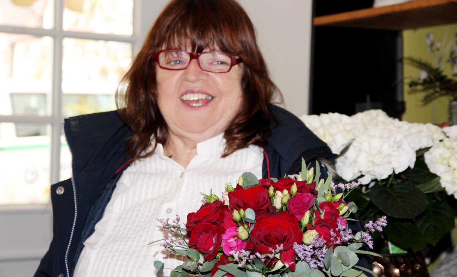 Glücklich! Helga Elterlein, Bewohnerin der Außenwohngruppe, bekam von ihrem Herzblatt Hans Wunder, Rosen zum 60. Geburtstag.