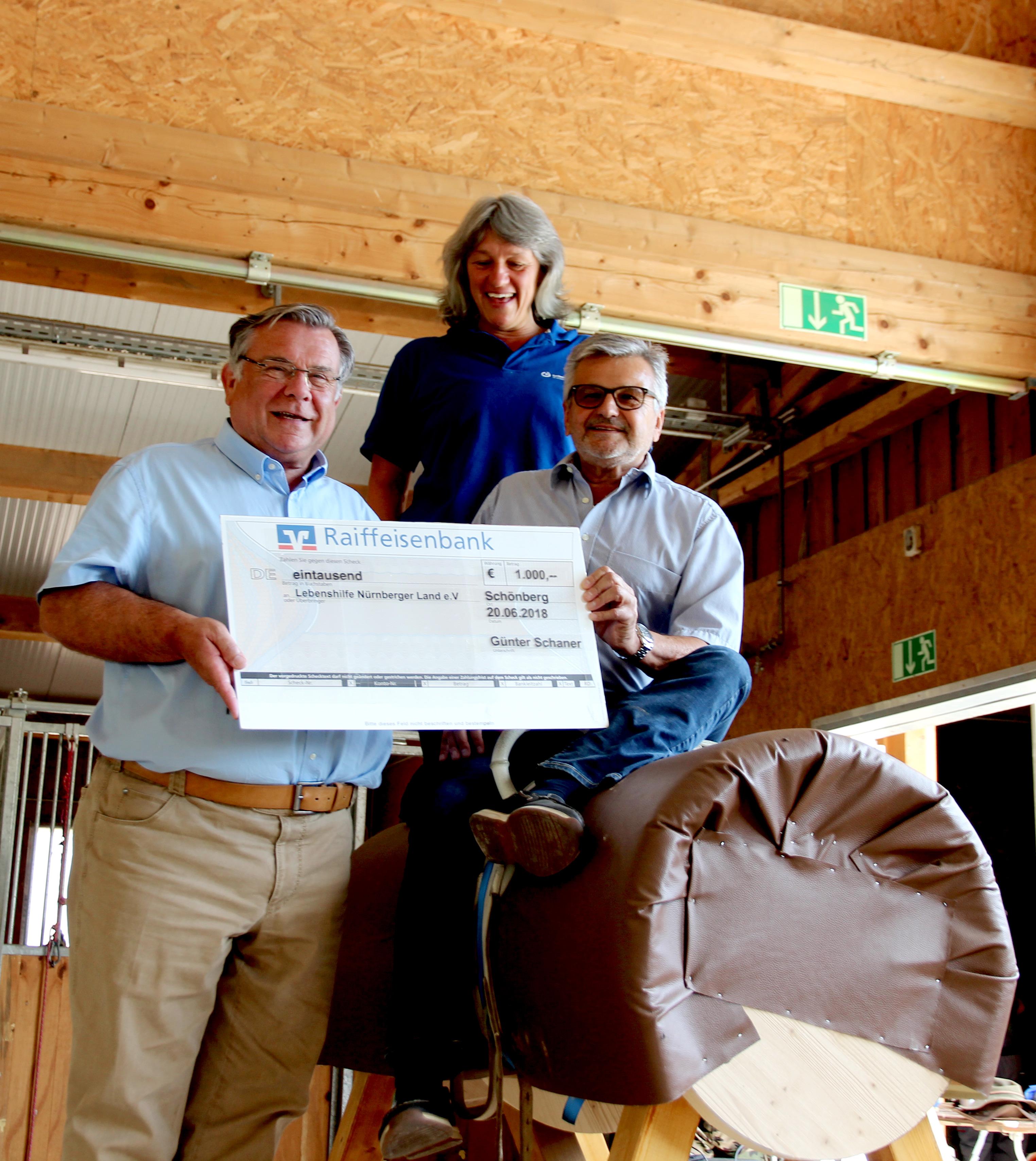 1000 Euro! Ein herzliches Dankeschön zollte Lebenshilfe-Chef John gegenüber Günter Schaner, der sich statt Geschenken zu seinem 70. Geburtstag, Spenden wünschte.