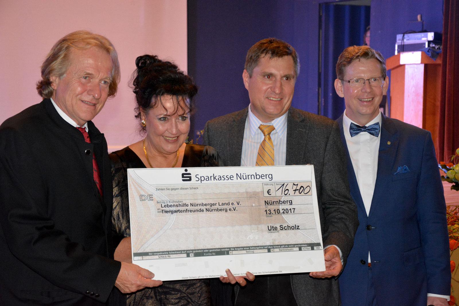 Die Freude über das tolle Ergebnis der Benefiz-Gala ist groß: Dr. Lorenzo von Fersen, Ute Scholz, Werner Merkel und Moderator Philips (v.l.). Foto: Lorenz Märtl