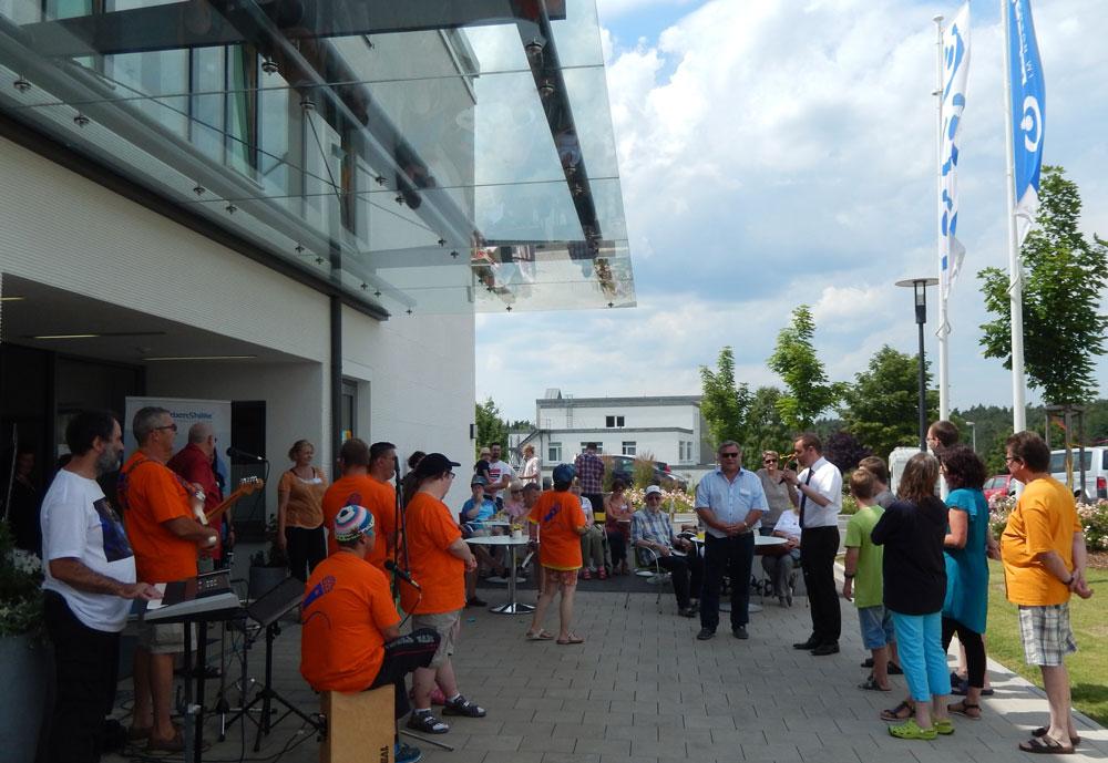 """Sommerfest der """"Inklusiven Wohnwelt"""" in Altdorf mit den Schmetterlingen und vielen Gästen, darunter Landrat Armin Kroder."""