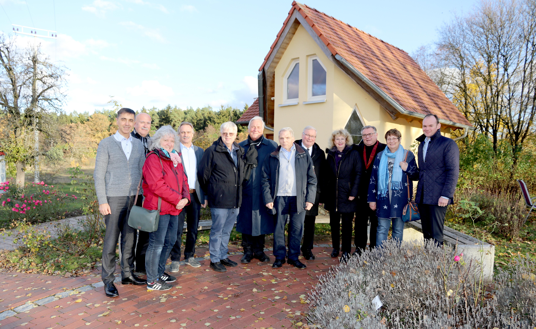 """Delegation des Caritas-Krankenpflegevereins Altdorf besuchte die Moritzberg-Werkstätten und brachte Spende über 3000 Euro für die Reittherapie mit. (Foto zeigt die Delegation vor dem """"Raum der Stille"""")"""