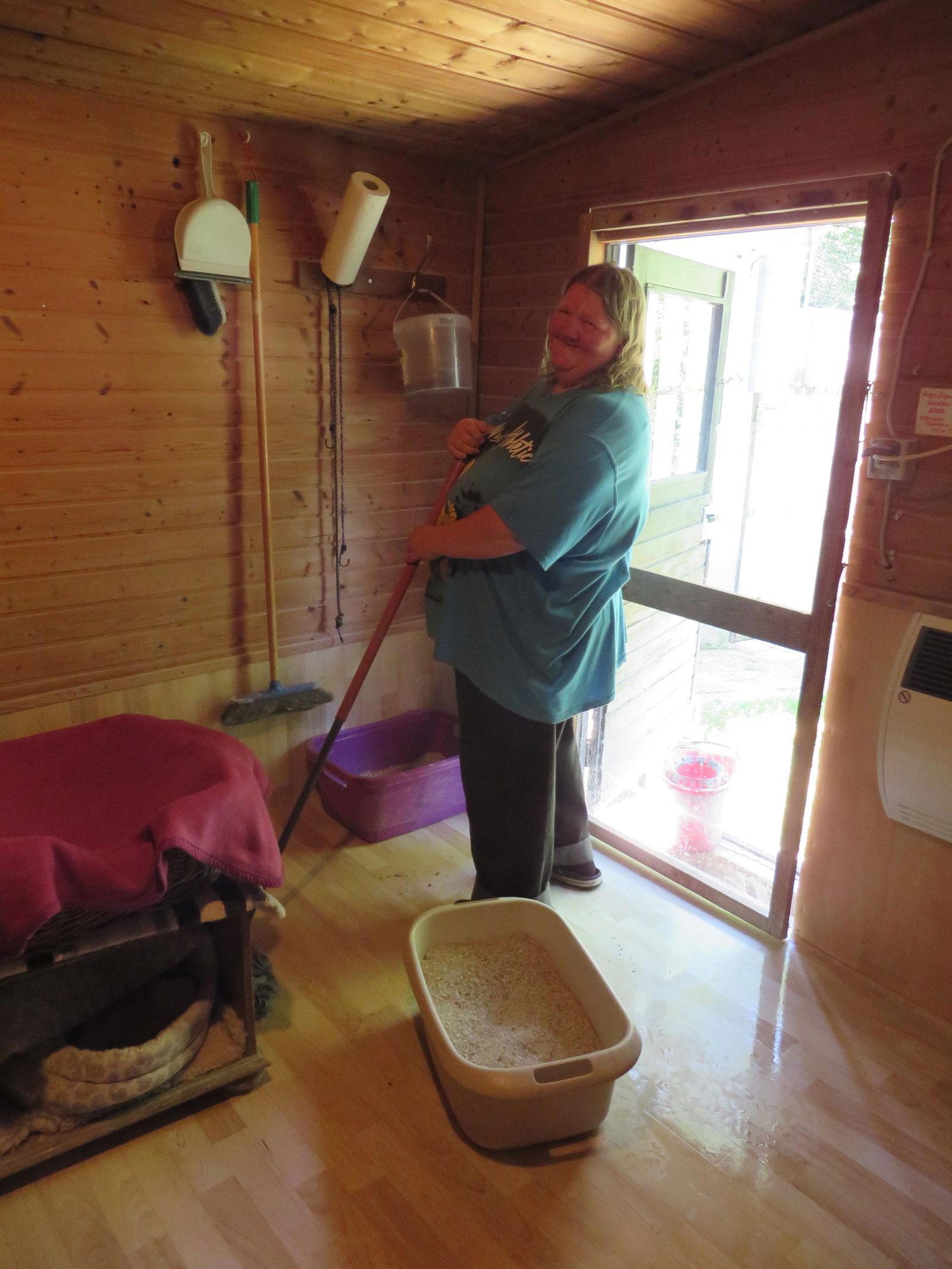 Iris beim Reinigen der Katzenzimmer und des Außenbereichs, beim Futtervorräteauffüllen, bei Schmuse- und Streicheleinheiten für die großen Katzen und beim Spielen und Schmusen mit dem Katzennachwuchs