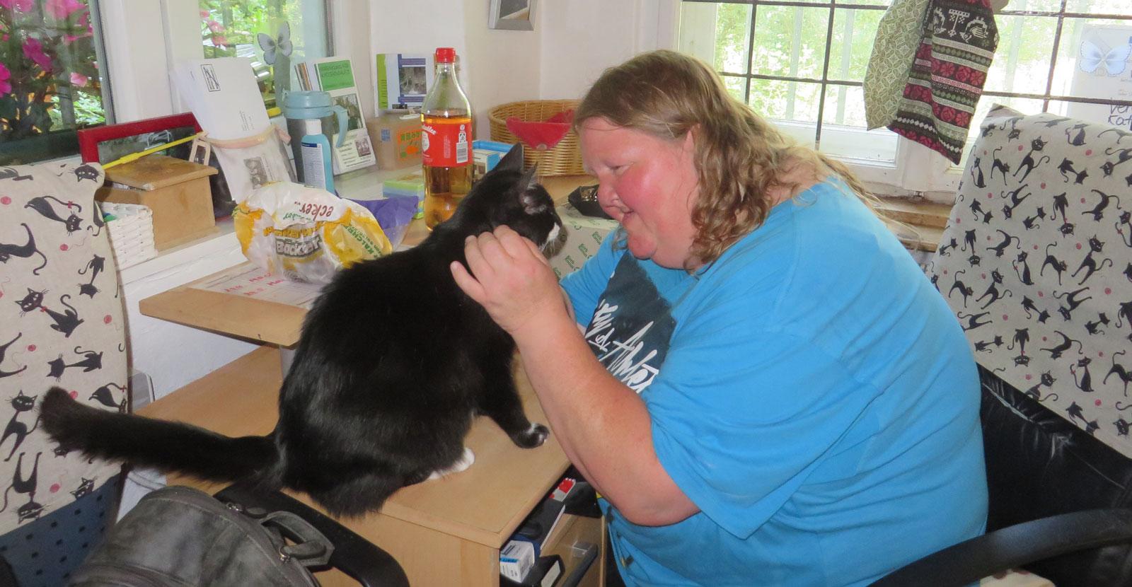 Iris Hoffmann engagiert sich auch ehrenamtlich für Tiere. Jeden zweiten Samstag hilft sie tatkräftig im Katzenhaus Rückersdorf mit.