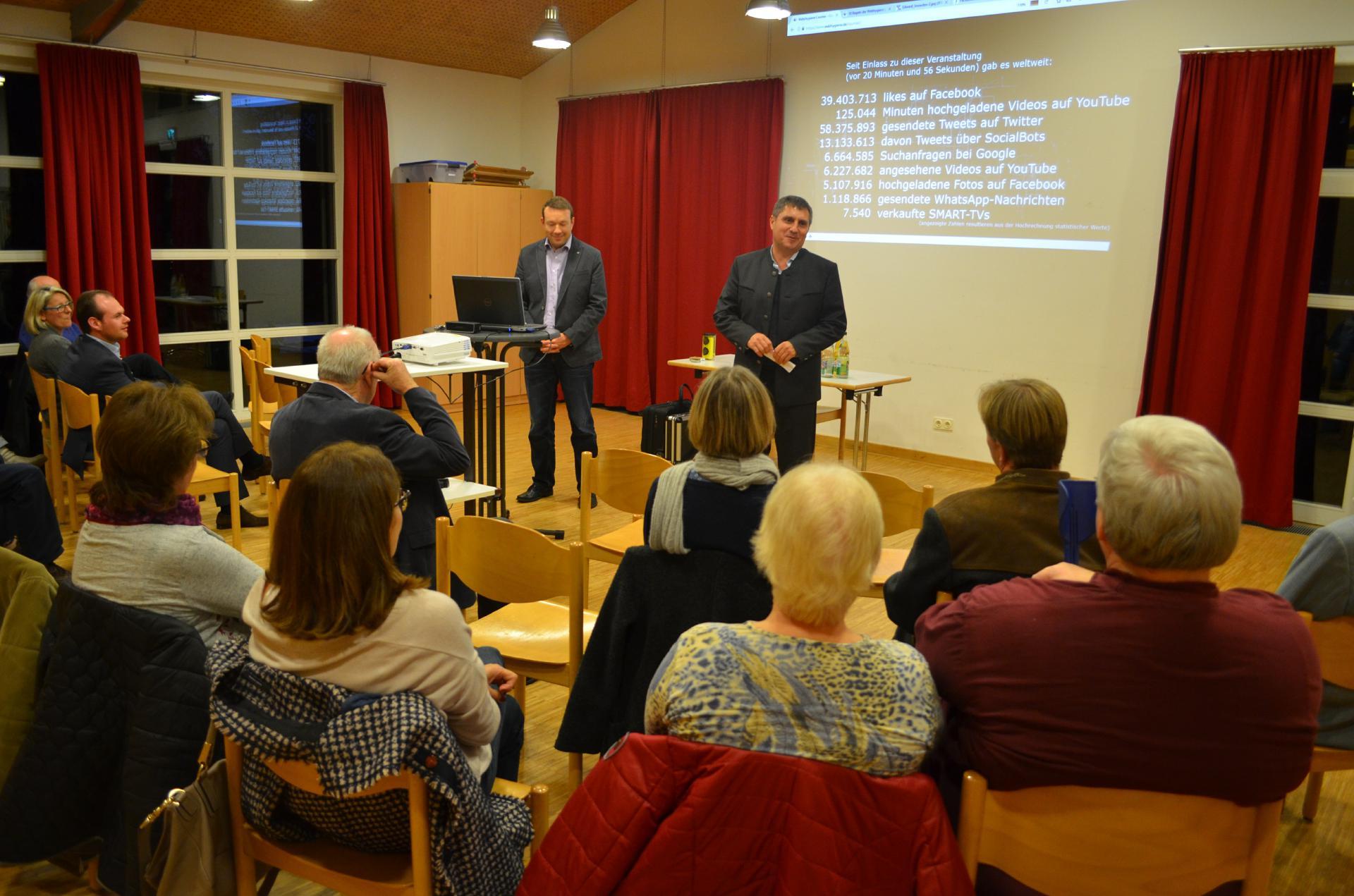 Herr Merkel aus der Vorstandschaft der Lebenshilfe Nürnberger Land begrüßt die Elternschaft und den Referenten Herrn Weber zur Abendveranstaltung.