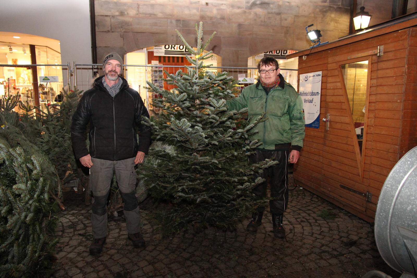Inklusives Weihnachtsbaum-Verkaufsteam der Moritzberg-Werkstätten am Laufer Weihnachtsmarkt.