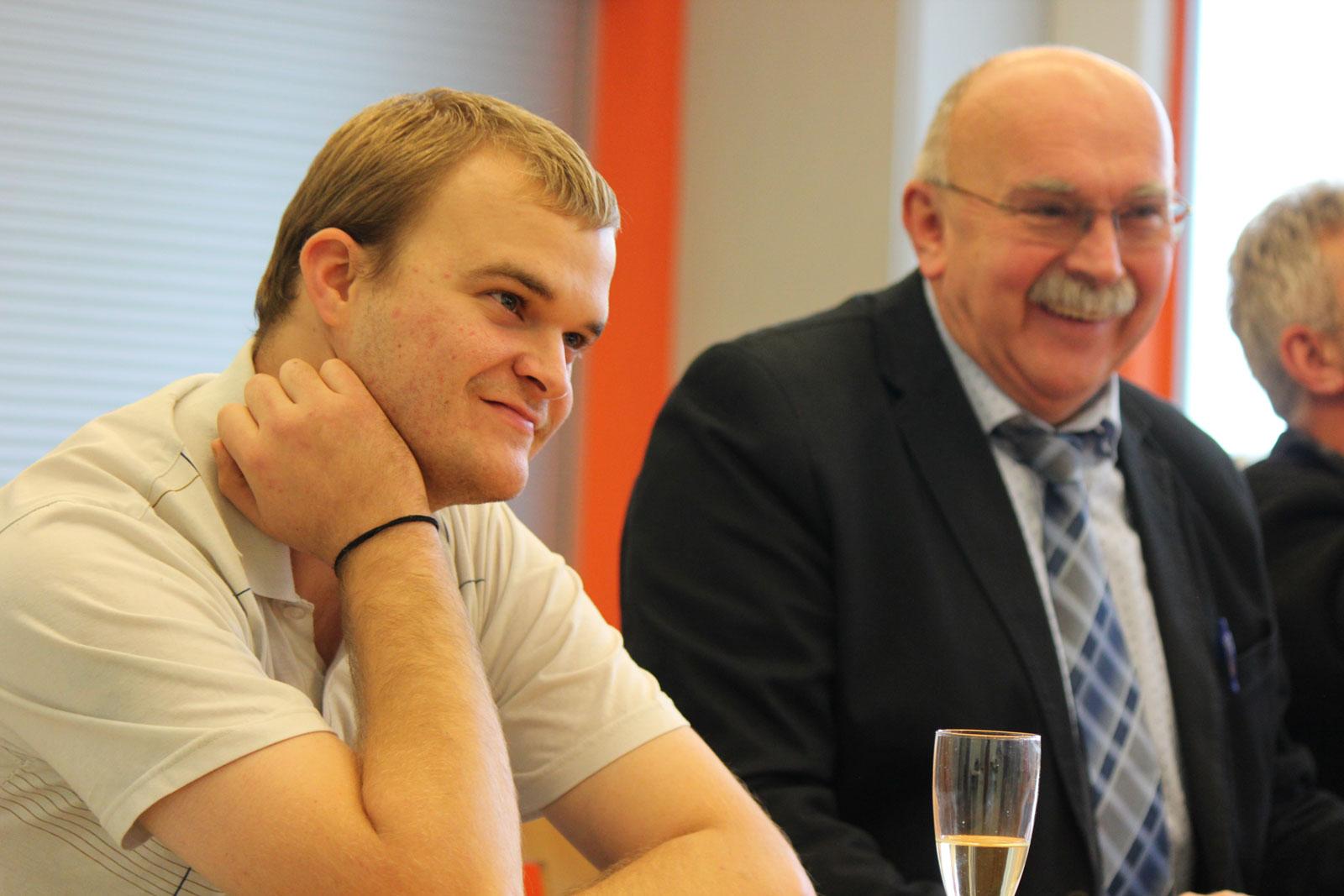 Der neue Werkstattratsvorsitzende Stefan Mancini entbot Grußworte; meisterte seinen ersten Auftritt mit Bravour. Hier mit Werkstattleiter Wolf.