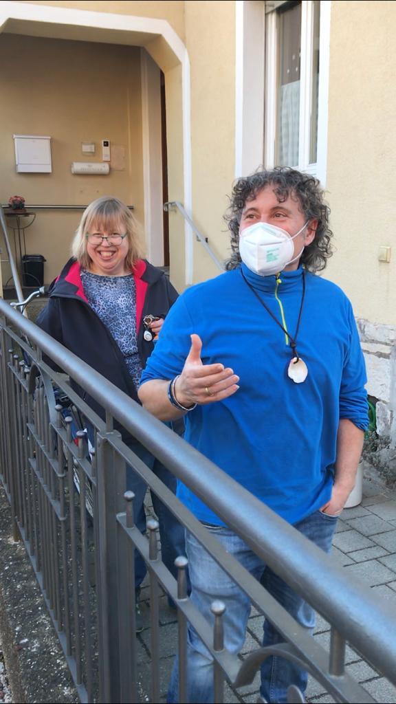 Anargiros Tsopouridis lobt Bewohnerin Gabriele Näder, weil sie ihre Aufgaben als Frauenbeauftragte sehr ernst nimmt.