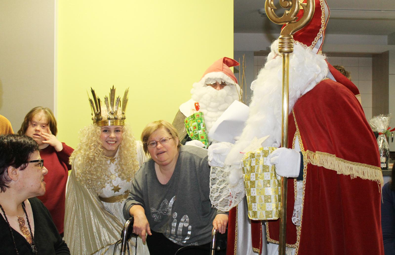 Christkind, Nikolaus und Knecht Ruprecht stimmten Bewohner auf Weihnachten ein.
