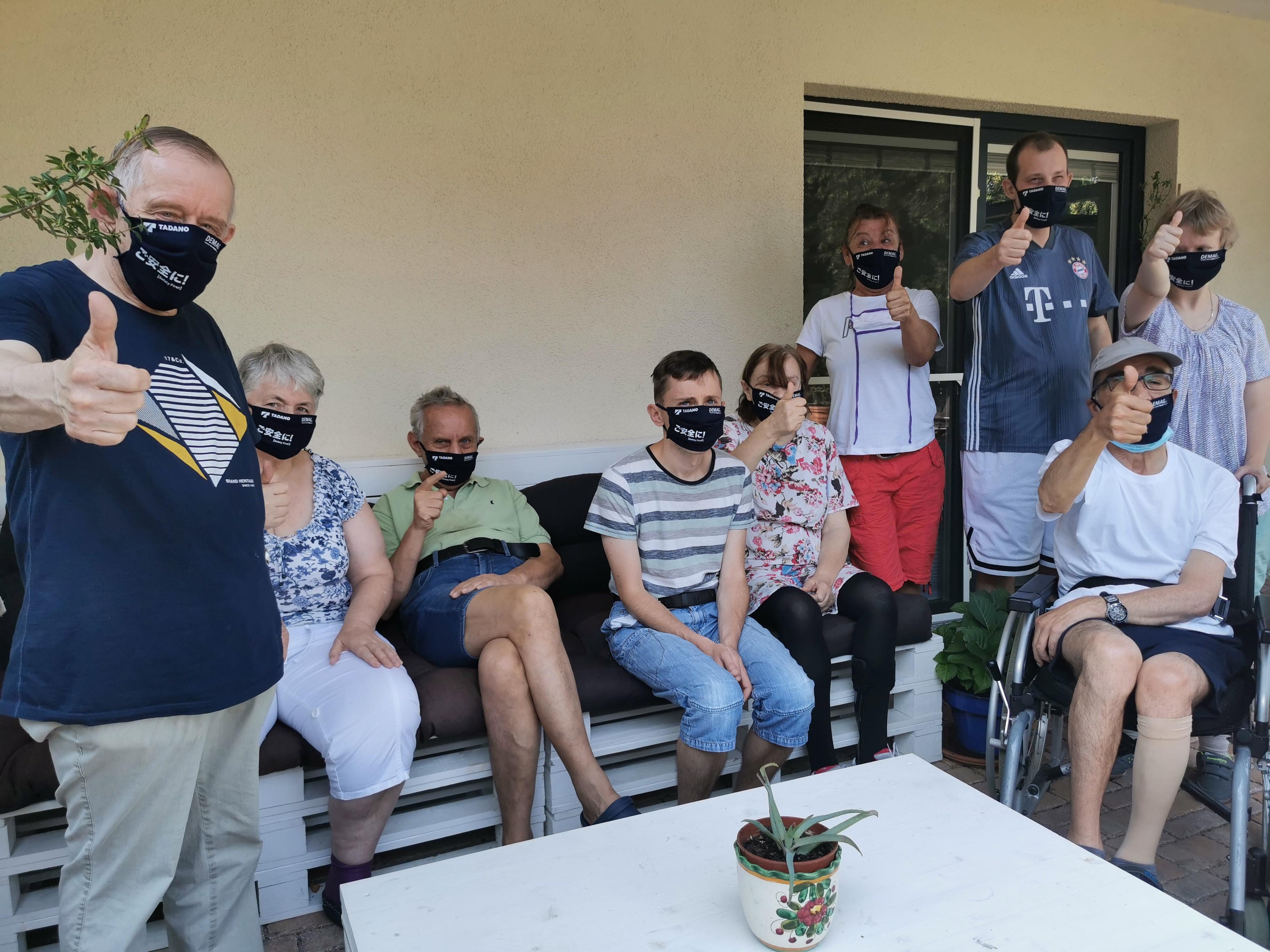 Die Bewohner der Wohnstätte am Bitterbach freuen sich über die gespendeten Stoff-Masken von TADANO.