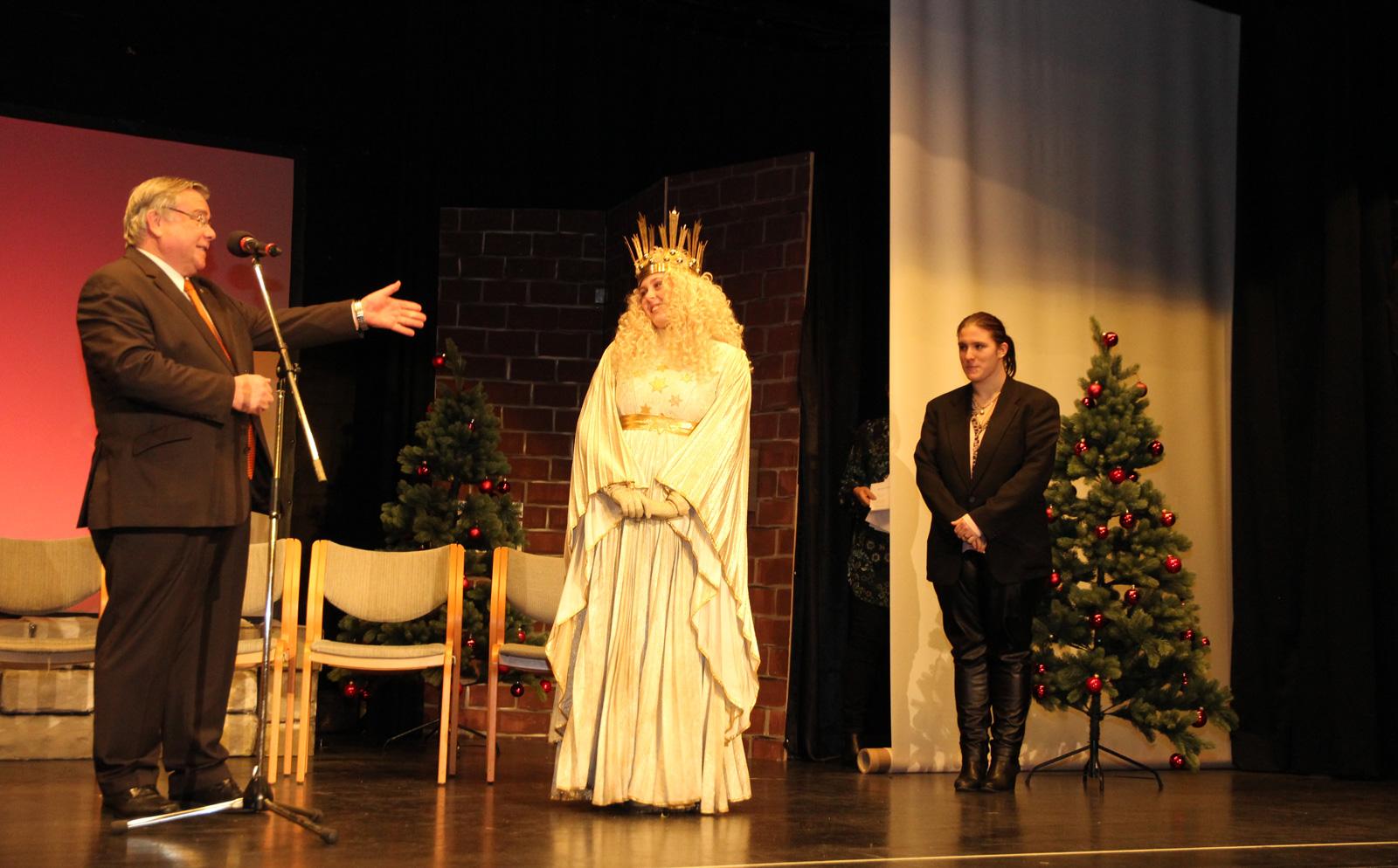Himmlischer Besuch bringt weihnachtlichen Lichterglanz zur Weihnachtsfeier der WfbM. Mucksmäuschenstill war es, als das Röthenbacher Christkind seinen Prolog sprach.