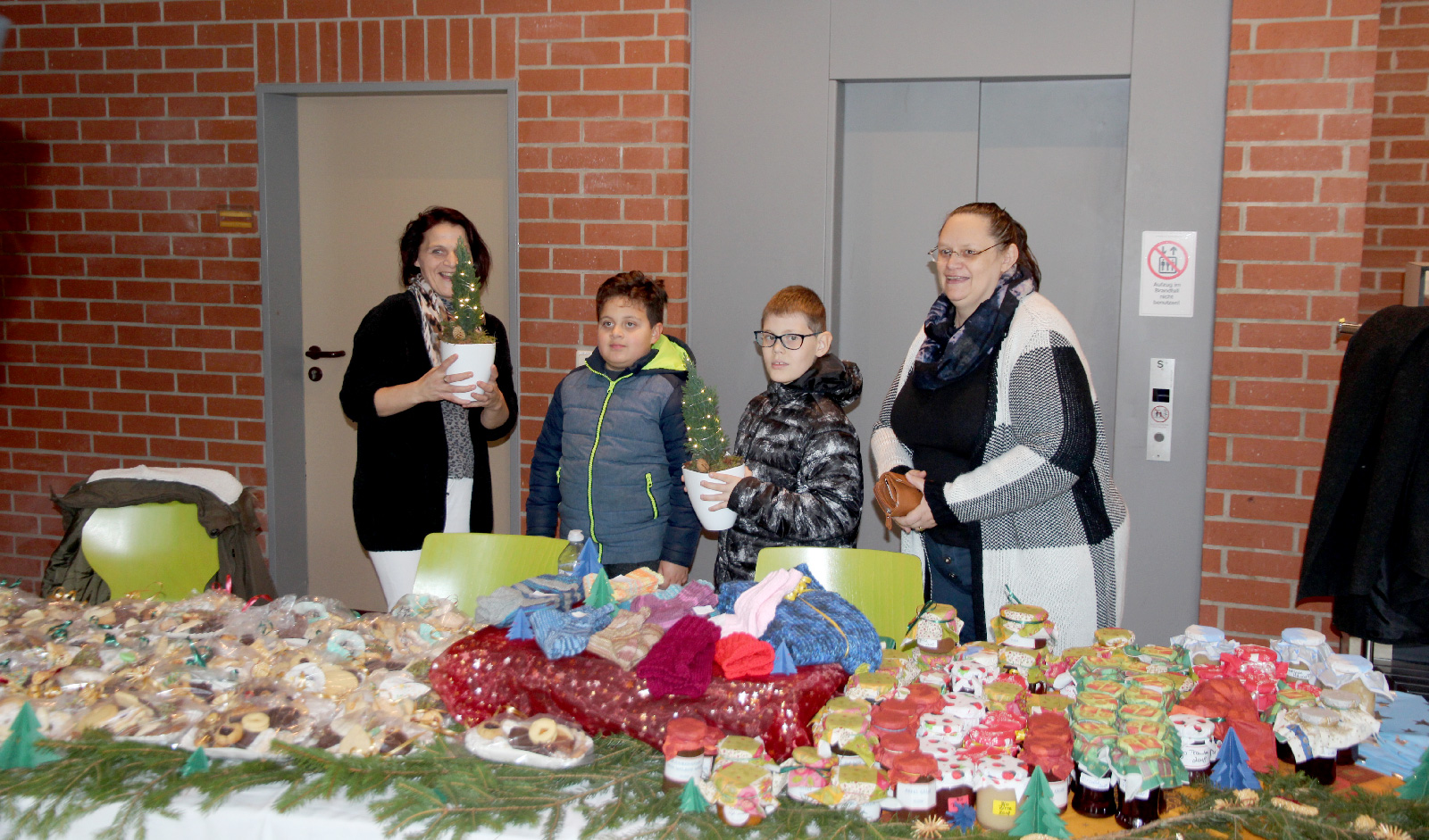 Plätzchen oder Handarbeiten: Produkte des Elternbeirats der Dr. Bernhard Leniger Schule kamen bei den Besucher gut an.