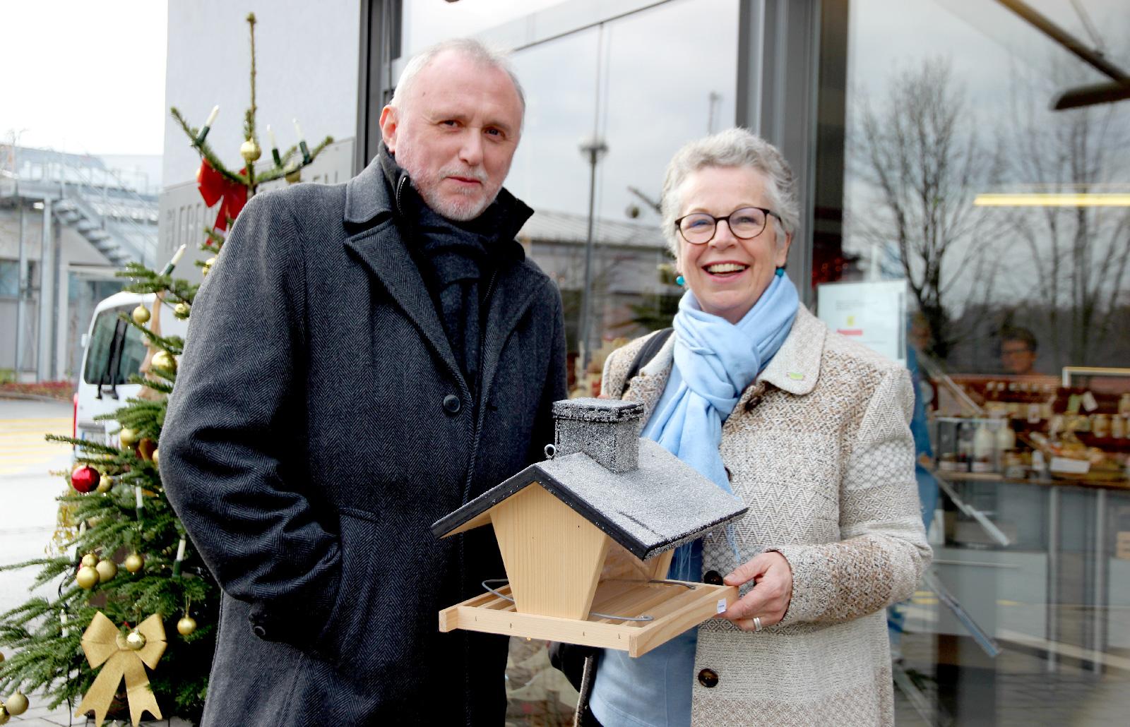 Adventskranz und ein Vogelhäuschen ... – der Besuch des Einkaufssamstags ist für Ruth Endres und ihren Partner ein lieb gewonnener Brauch in der Vorweihnachtszeit.