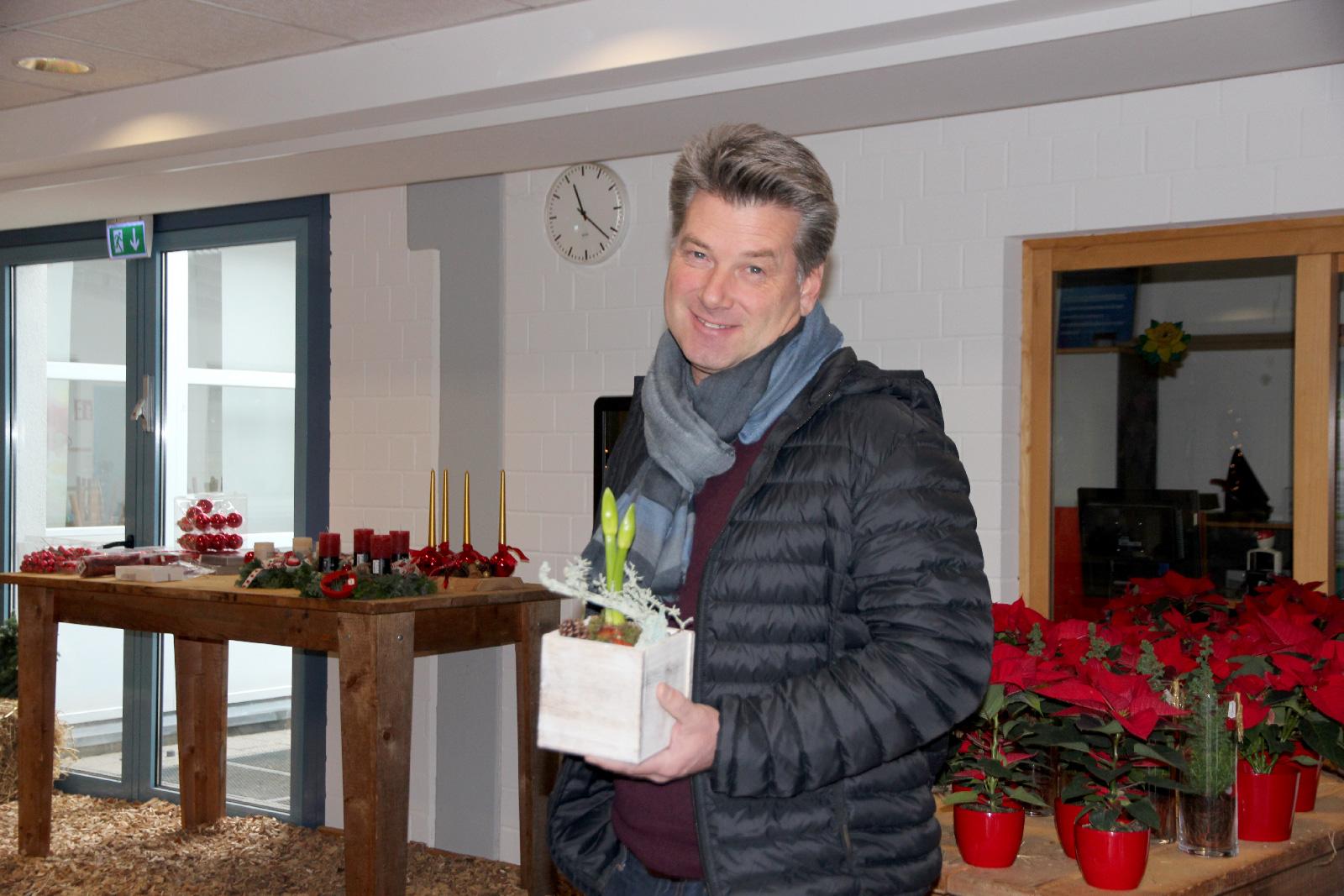 ... Adventskranz, Gesteck und andere Weihnachtsdeko kaufen Clemens Schramm und seine Frau traditionell beim Einkaufssamstag der Moritzberg-Werkstätten.