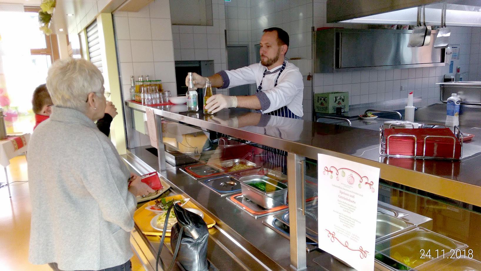 In der Cafeteria stärkten sich die Besucher mit einem herzhaften Menü und gern auch bei Kaffee und Kuchen.